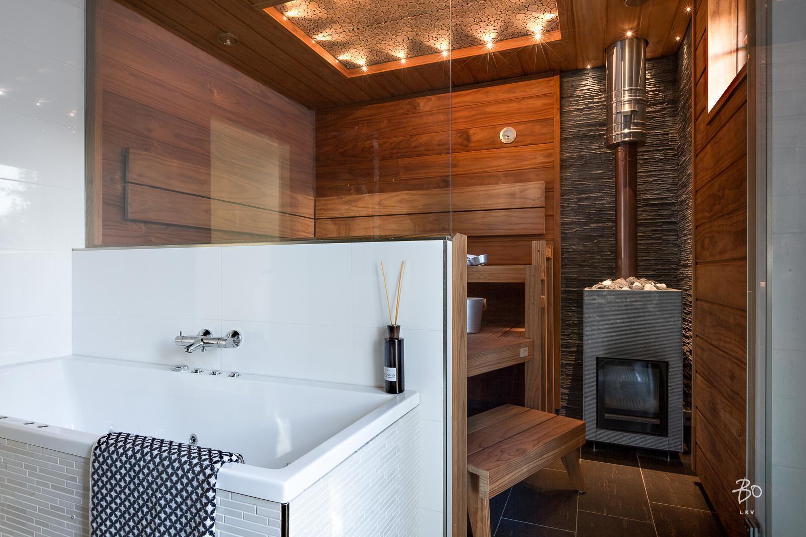 Kylpyhuoneen ja saunan välinen lasiseinä avartaa tilan  Etuovi com Ideat &am