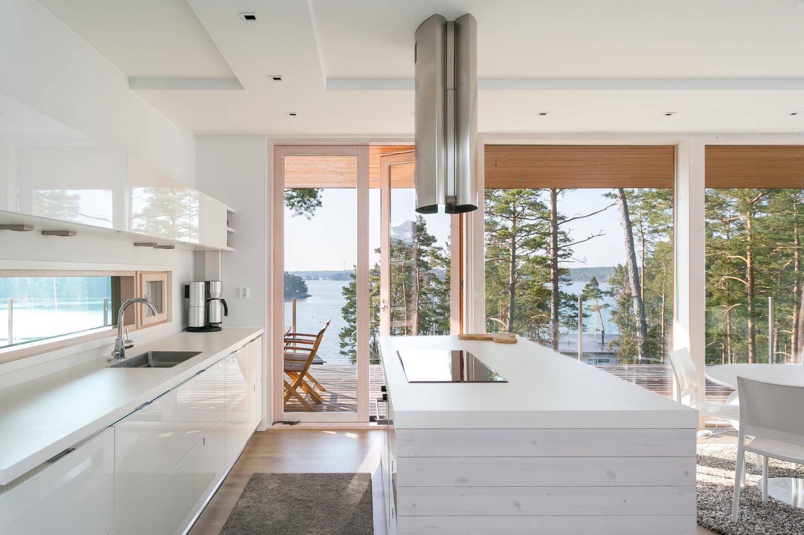 Moderni keittiö saarekkeella ja merinäköalalla  Etuovi com Ideat & vinkit