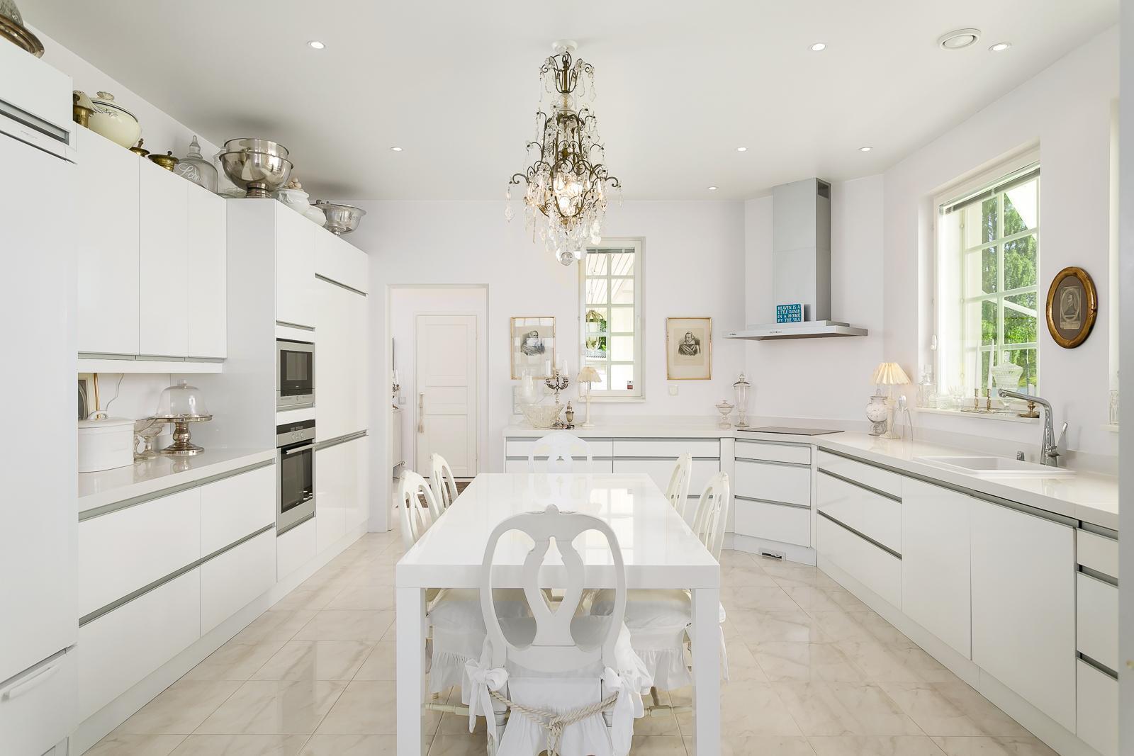 Valkoinen moderni keittiö huokuu luksusta  Etuovi com