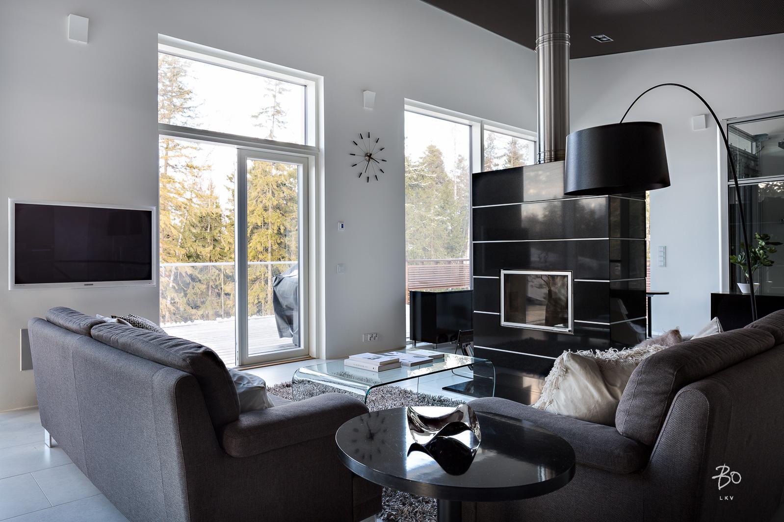 Moderni olohuone mustalla takalla  Etuovi com Ideat & vinkit