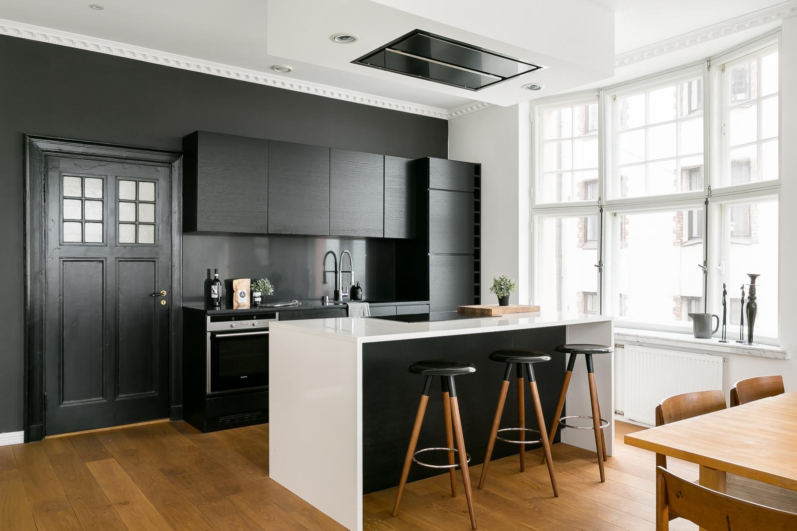 Mustavalkoinen keittiö saarekkeella  Etuovi com Ideat