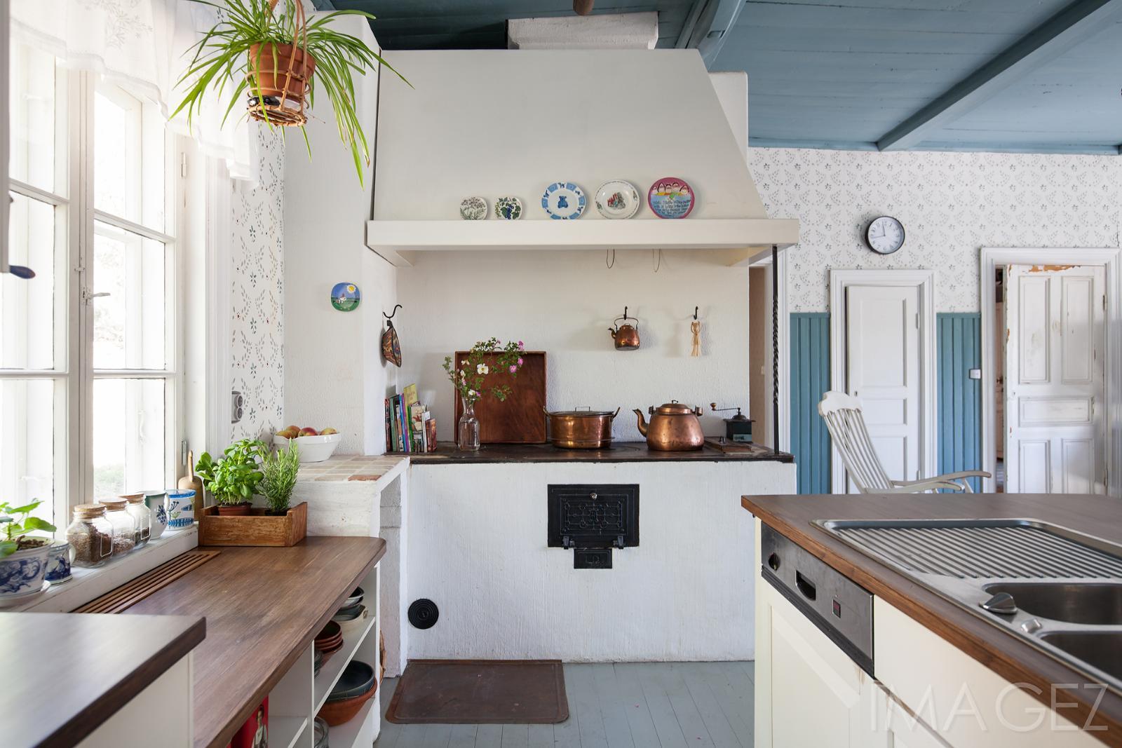 Kodikas keittiö ja kaunis puuhella  Etuovi com Ideat & vinkit