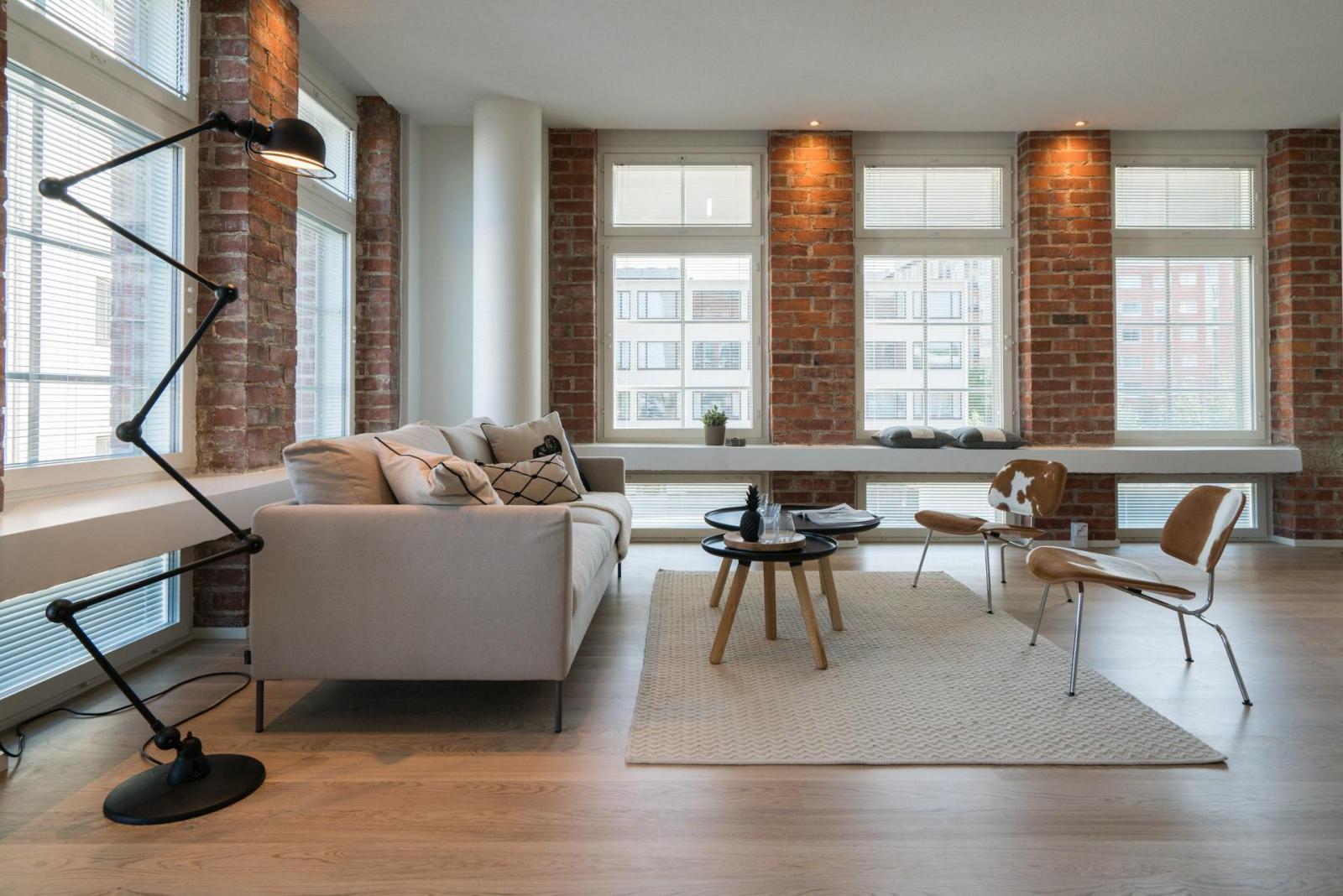 Upeat tiiliseinät loft asunnon olohuoneessa  Etuovi com Ideat & vinkit