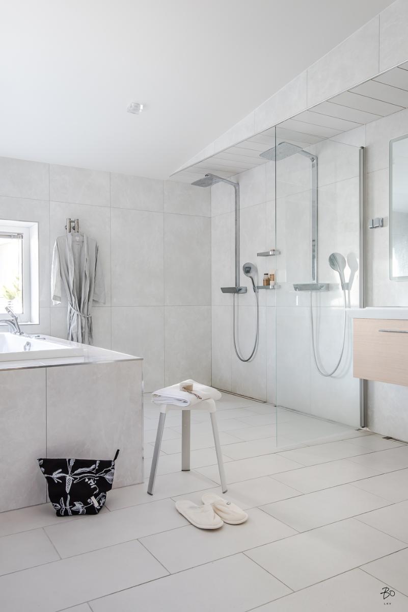 Valoisa kylpyhuone porealtaalla  Etuovi com Ideat & vinkit