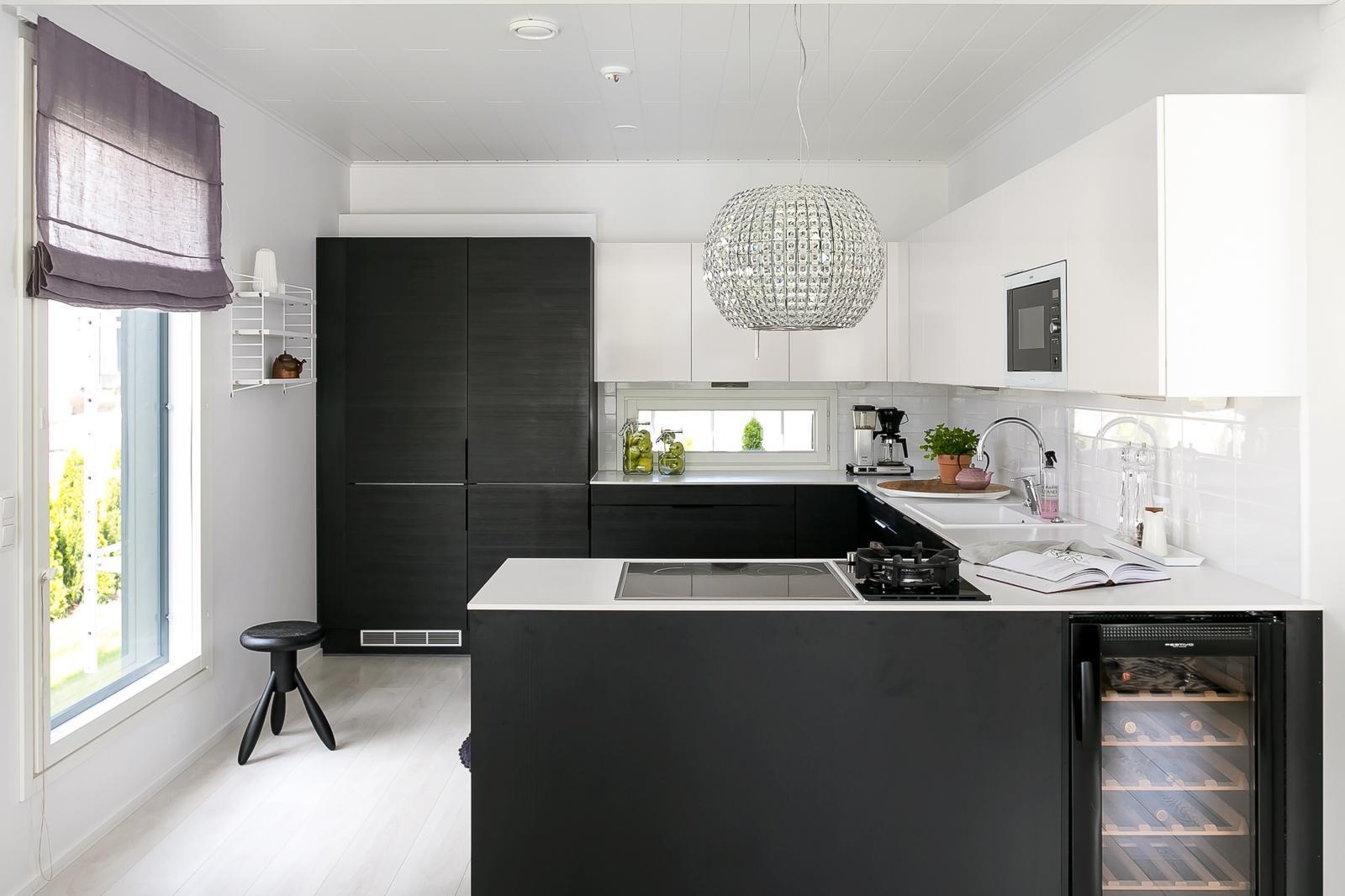Mustavalkoinen keittiö ja ripaus kristallia  Etuovi com