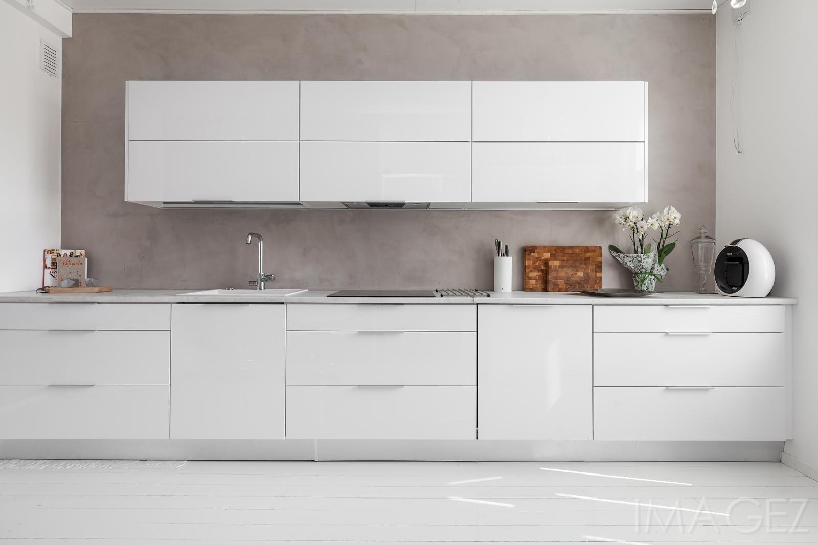 Valkoinen keittiö mikrosementtiseinällä  Etuovi com Ideat & vinkit