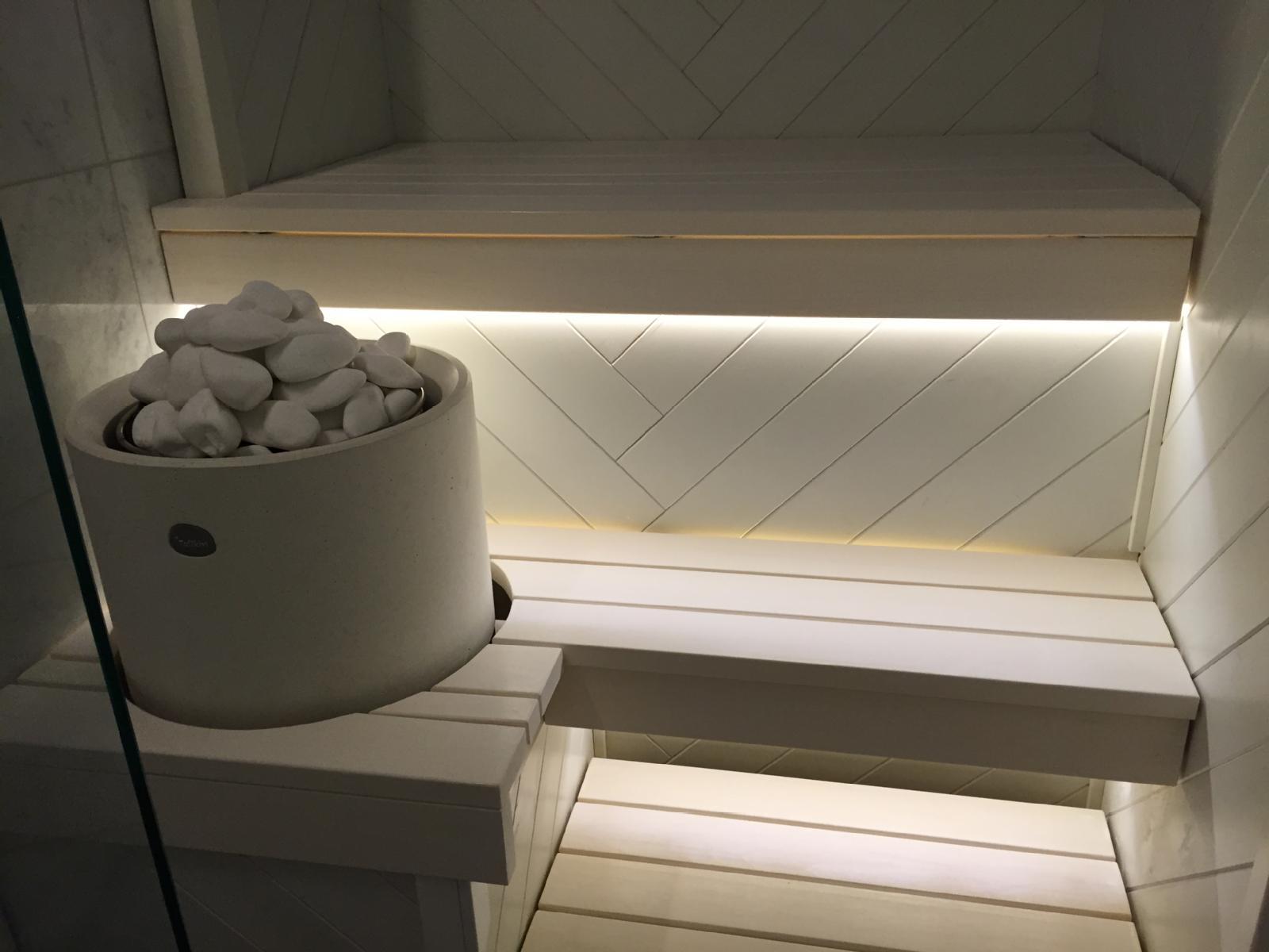 Valkoinen sauna kalanruotopaneelilla  Etuovi com Ideat & vinkit