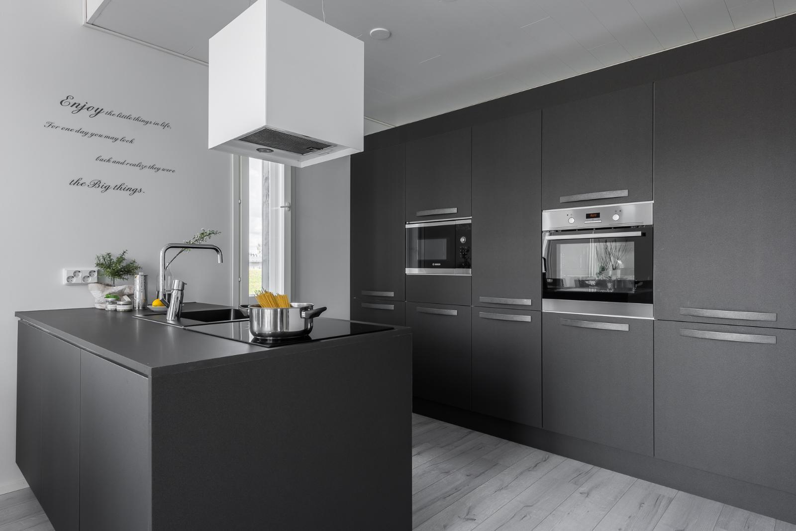 Musta keittiö  tyylikäs ja tunnelmallinen  Etuovi com Ideat & vinkit