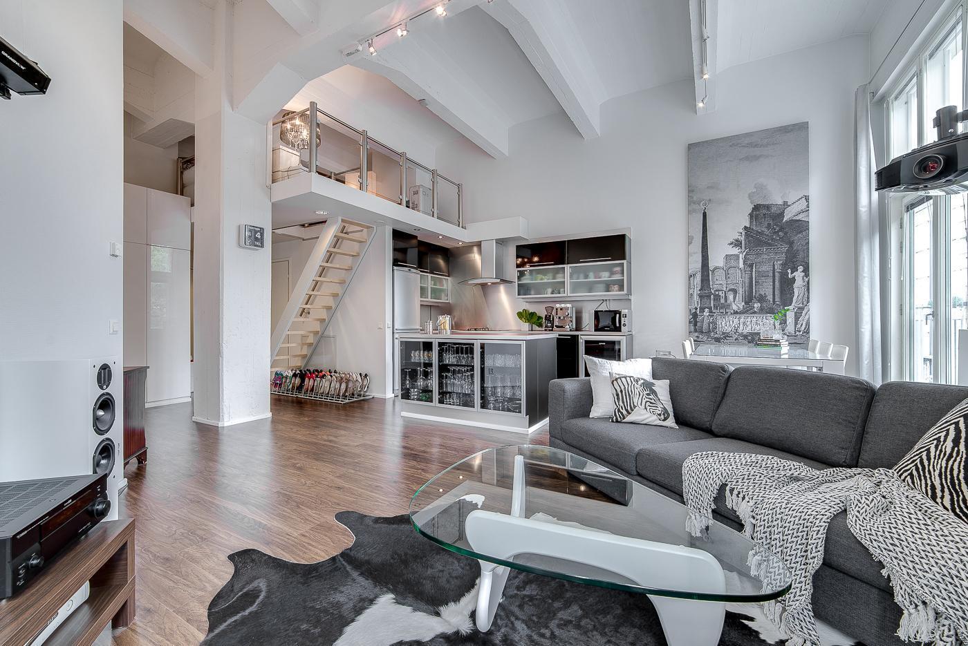 Mustan ja harmaan sävyjä loft asunnon sisustuksessa  Etuovi com Ideat &
