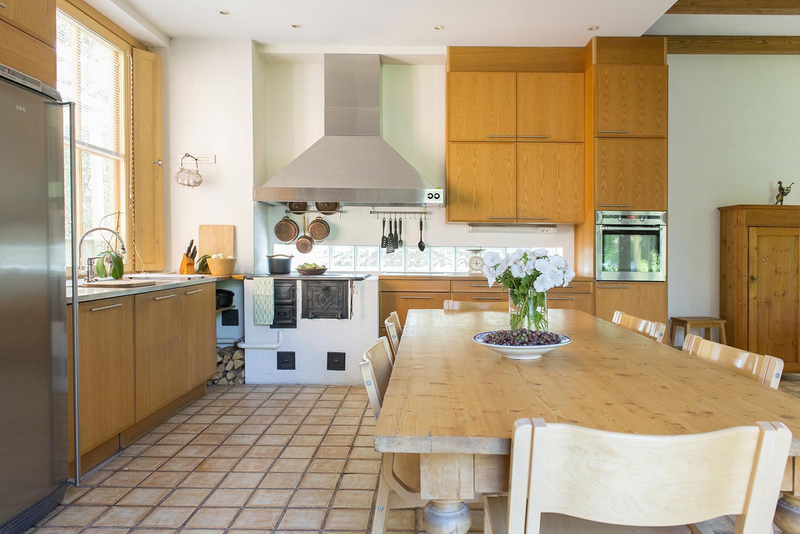 Viihtyisä keittiö puuhelloineen  Etuovi com Ideat & vinkit