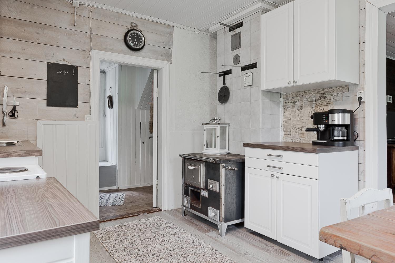 Mökin keittiössä on tunnelmallinen vanha puuhella  Etuovi com Ideat & vi