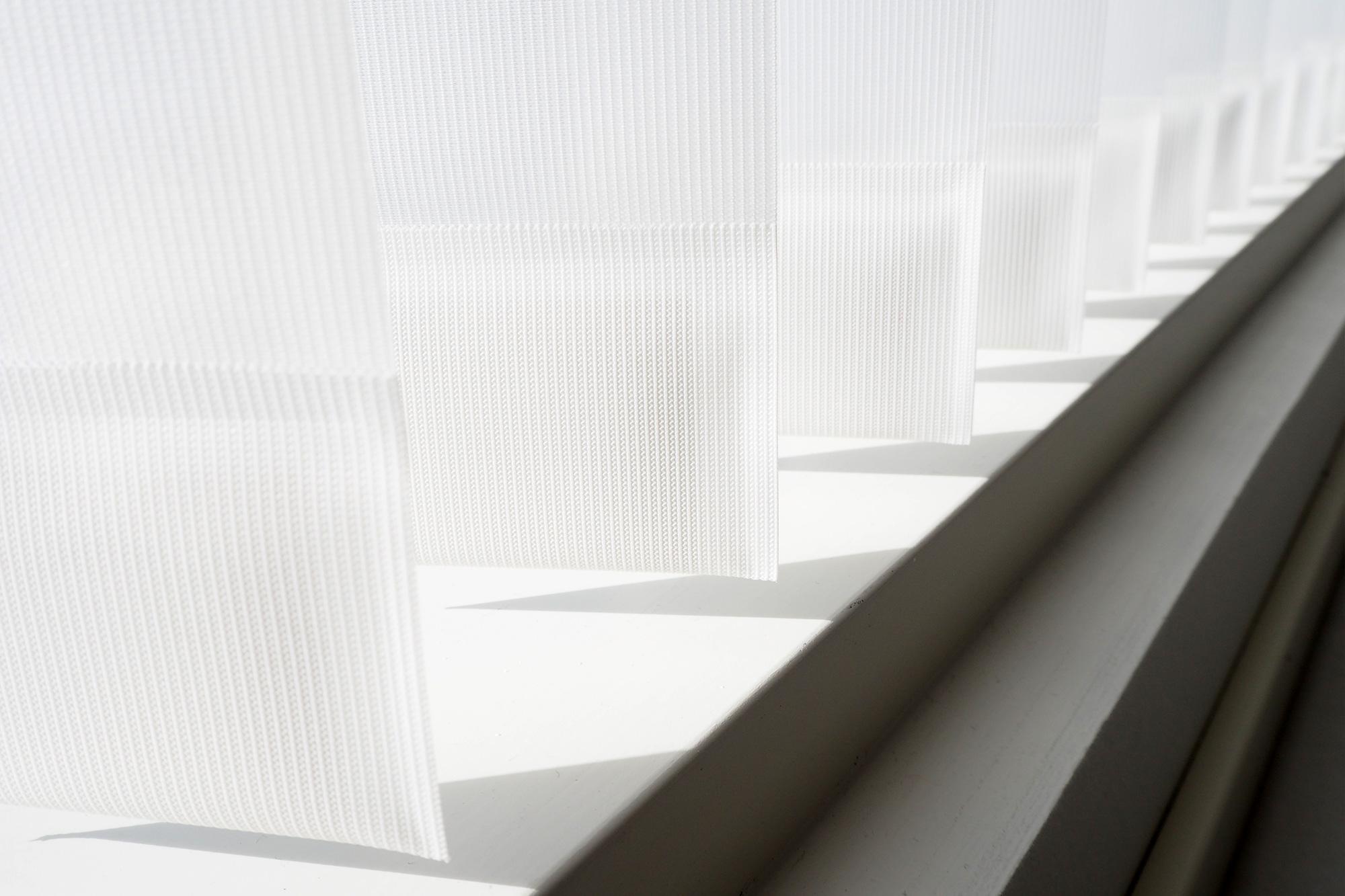 Luxaflex lamelliverhot, joissa on sisäänommeltu alapaino