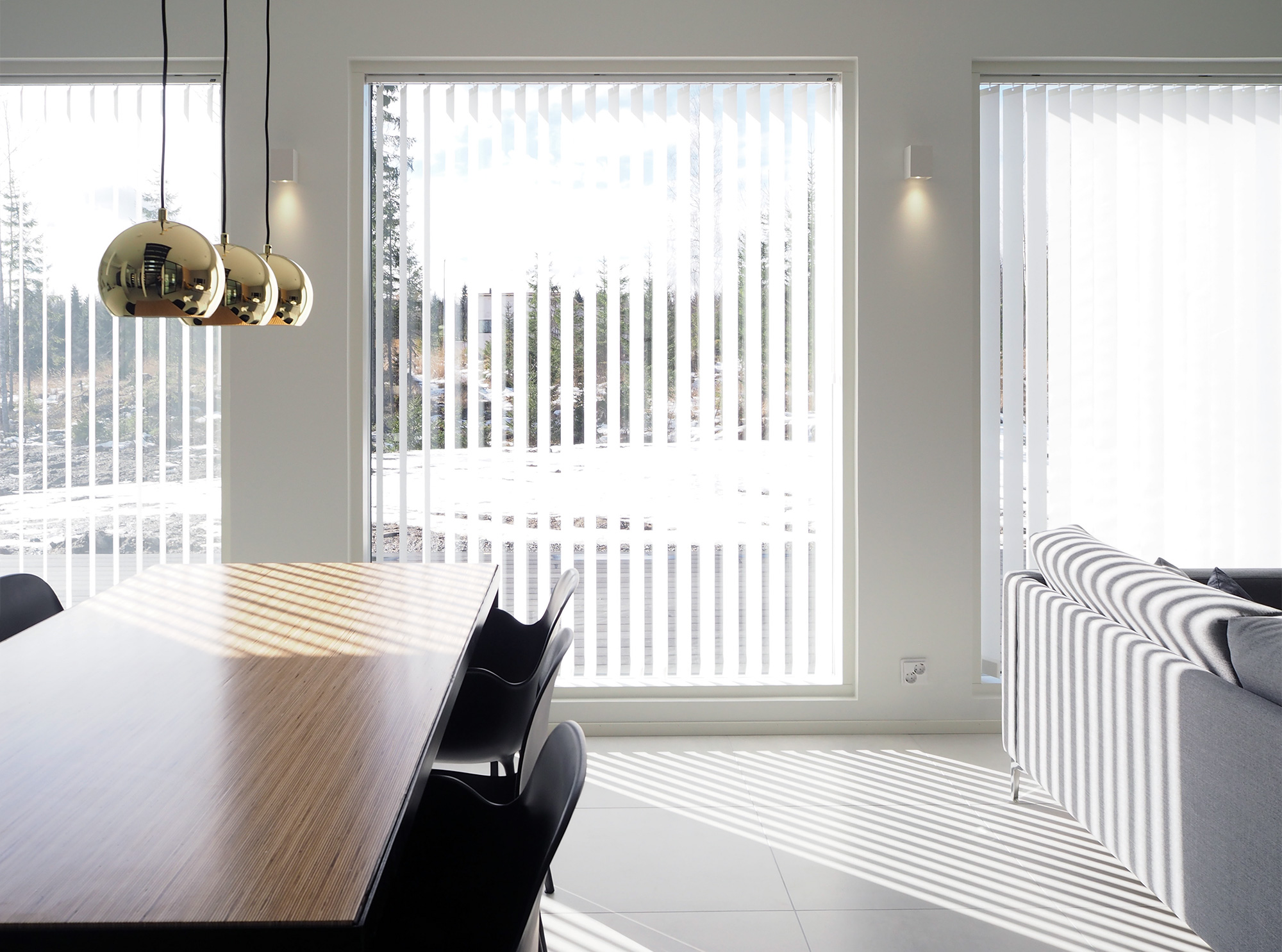 Luxaflex lamelliverhot olohuoneessa