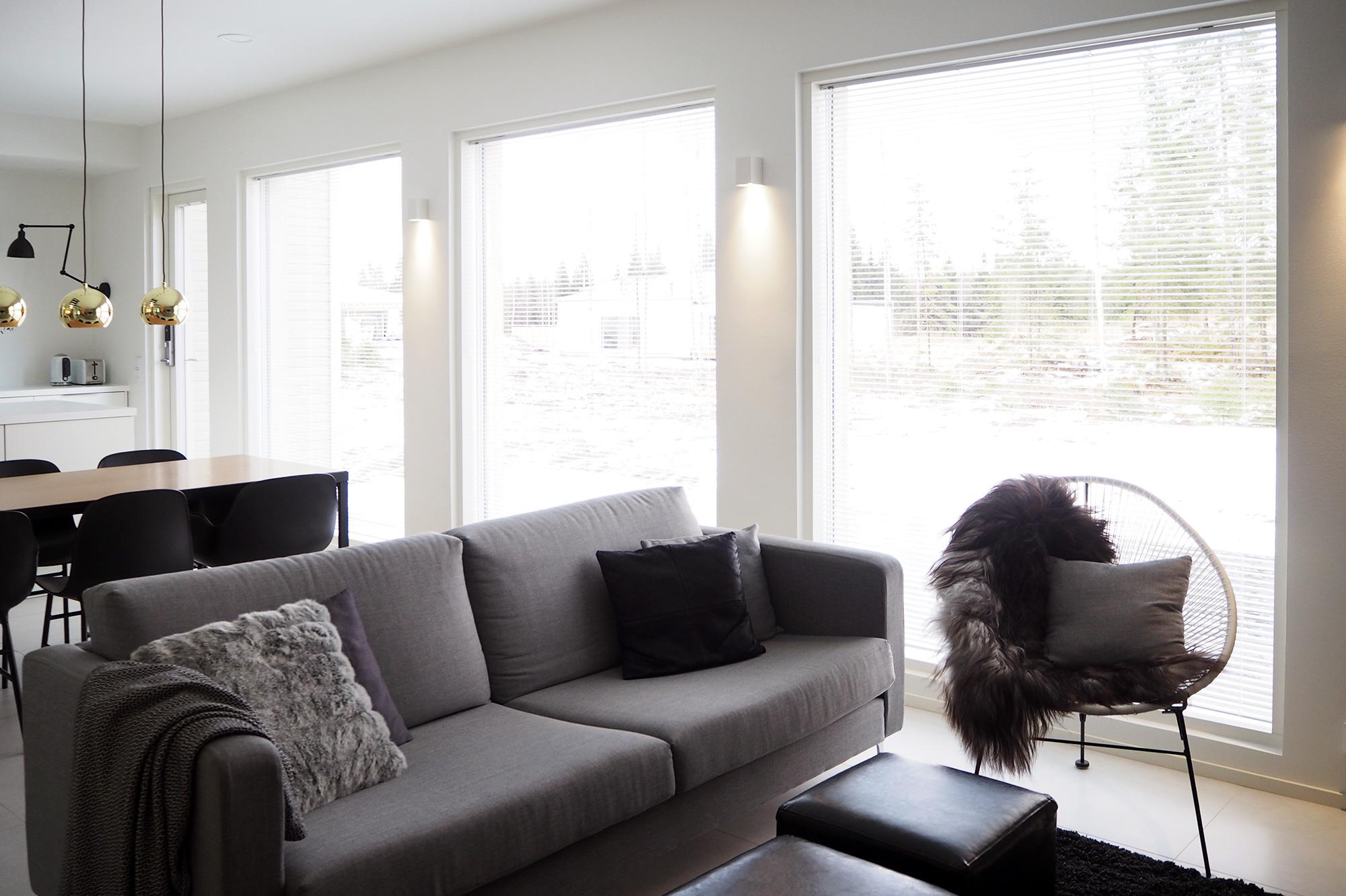 Olohuone ennen - sälekaihtimet ikkunoissa