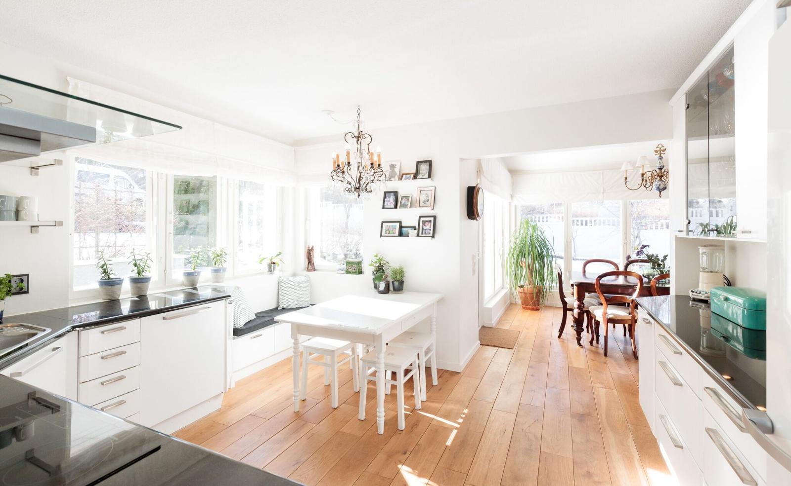 Viihtyisä keittiö kylpee valossa  Etuovi com Ideat & vinkit