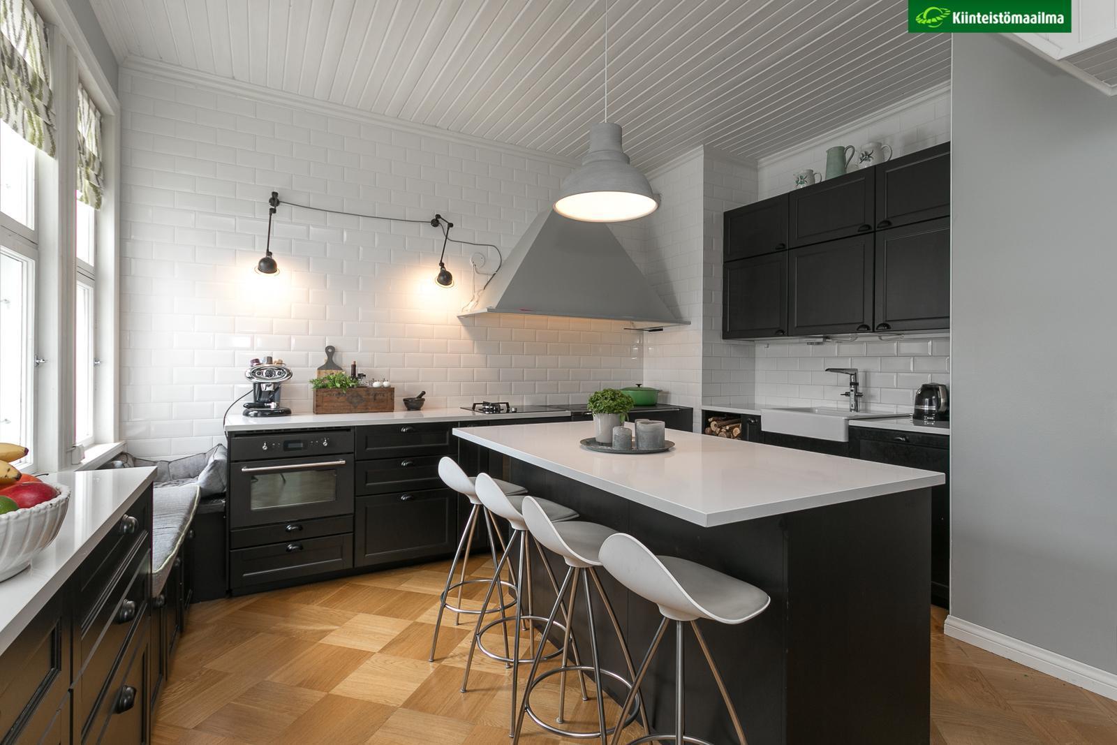 Tunnelmallinen musta keittiö vanhassa huvilassa  Etuovi com Ideat & vinkit