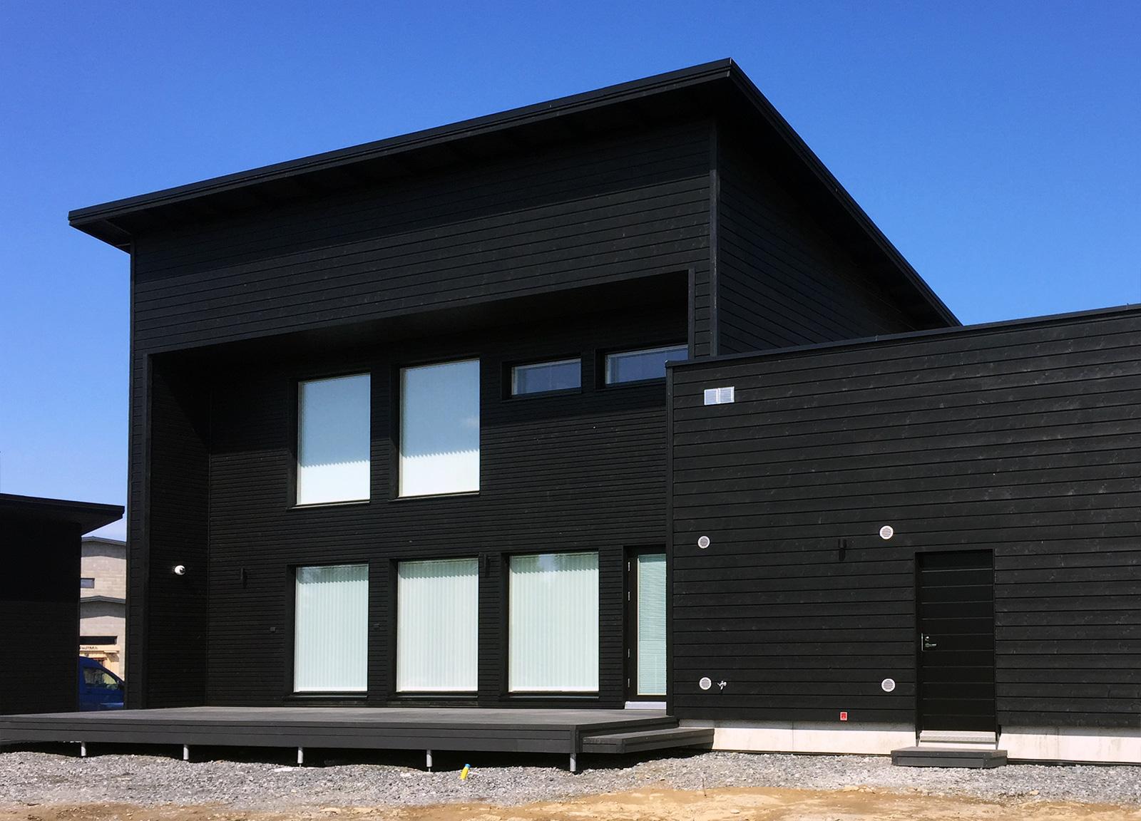 Musta talo - uuden talon maalaus - takapiha - Teknos Visa Peittosuoja T7063