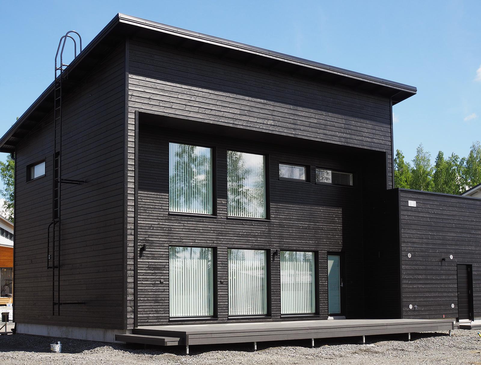 Musta talo maalattu - takapiha - Teknos Visa Peittosuoja T7063