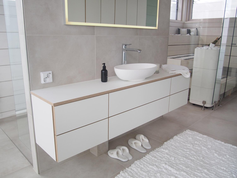 valkoinen moderni kylpyhuone kotikylpylät