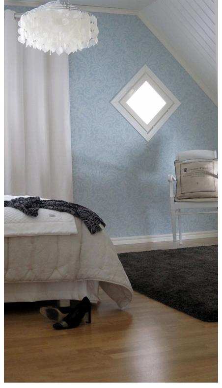 Sininen tapetti makuuhuoneessa