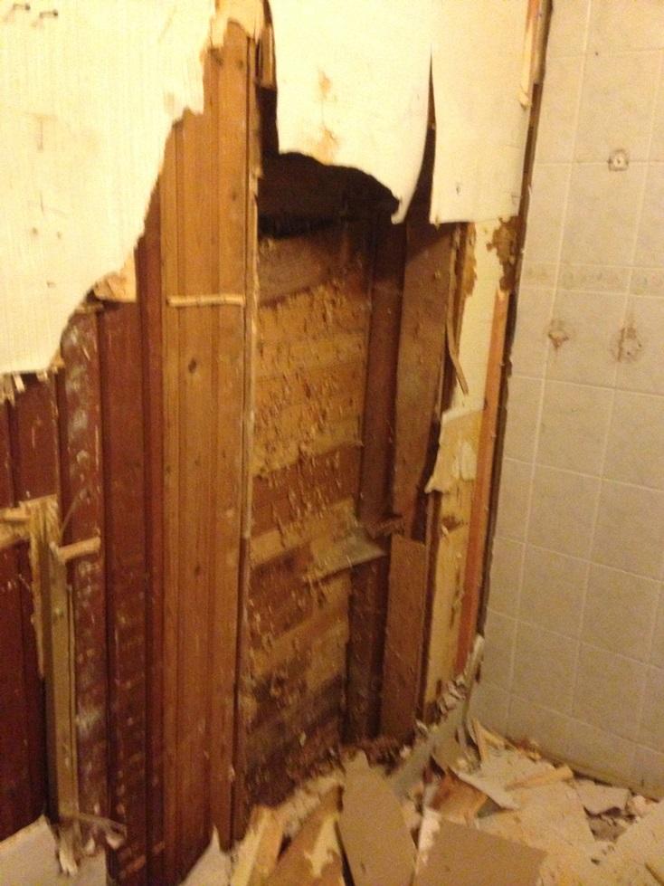 Kylpyhuoneesta löytyi montamonituista kerrosta jos mitäkin materiaalia