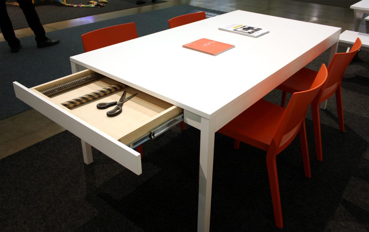 AVA room, pöytä säilytyslaatikolla