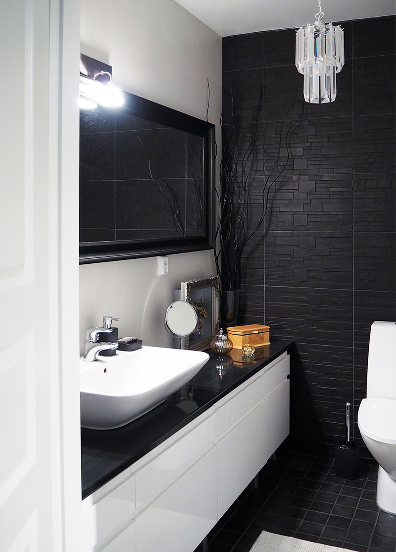 Mustavalkoinen, moderni wc