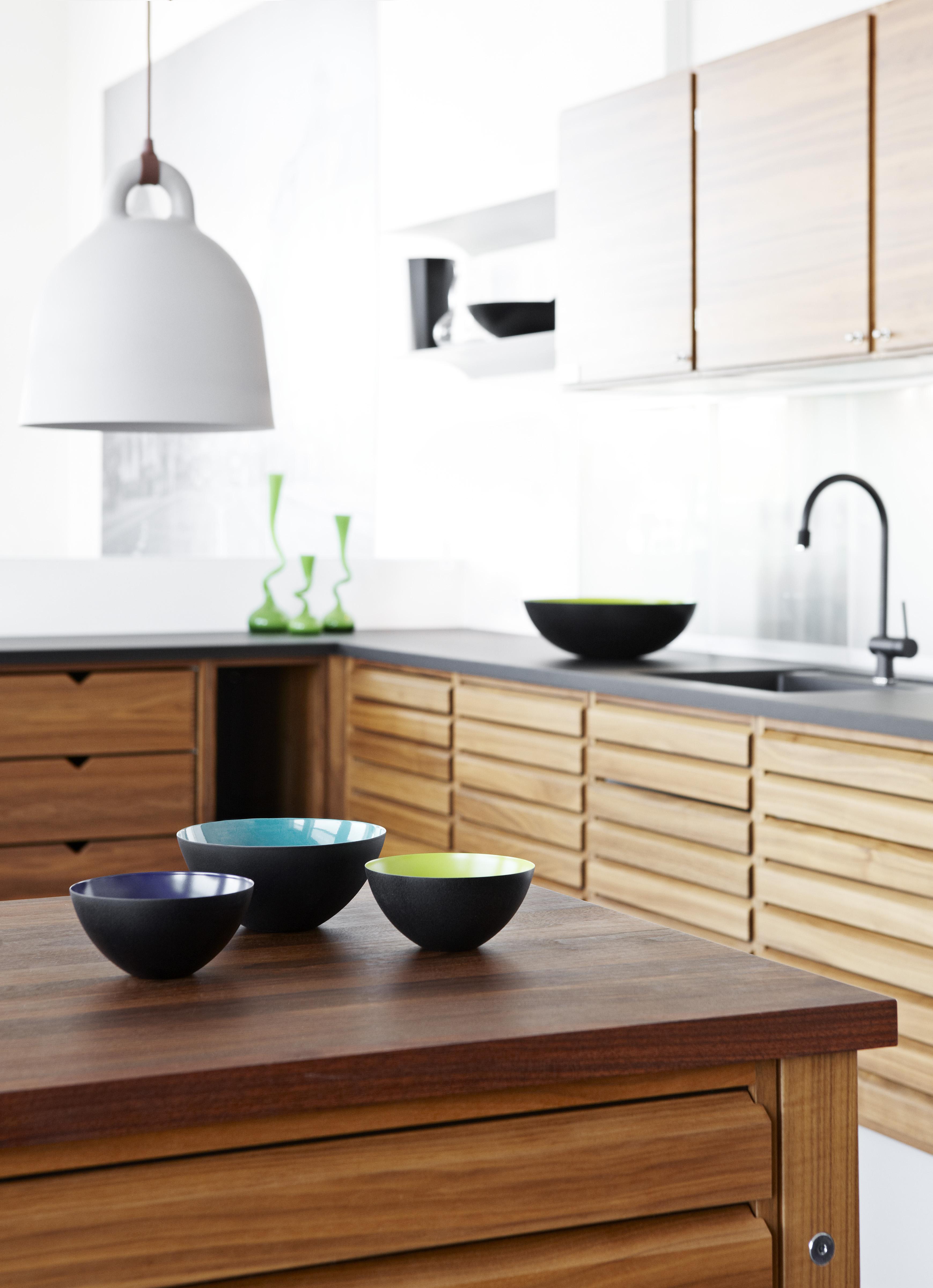 Modernin kodin selkeä, kauniin pelkistetty ilme toistuu keittiön kalusteista