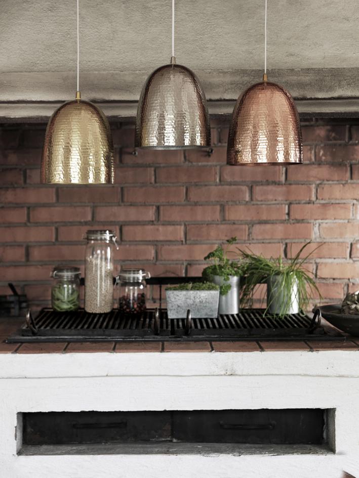 Metalliset kattovalaisimet keittiössä