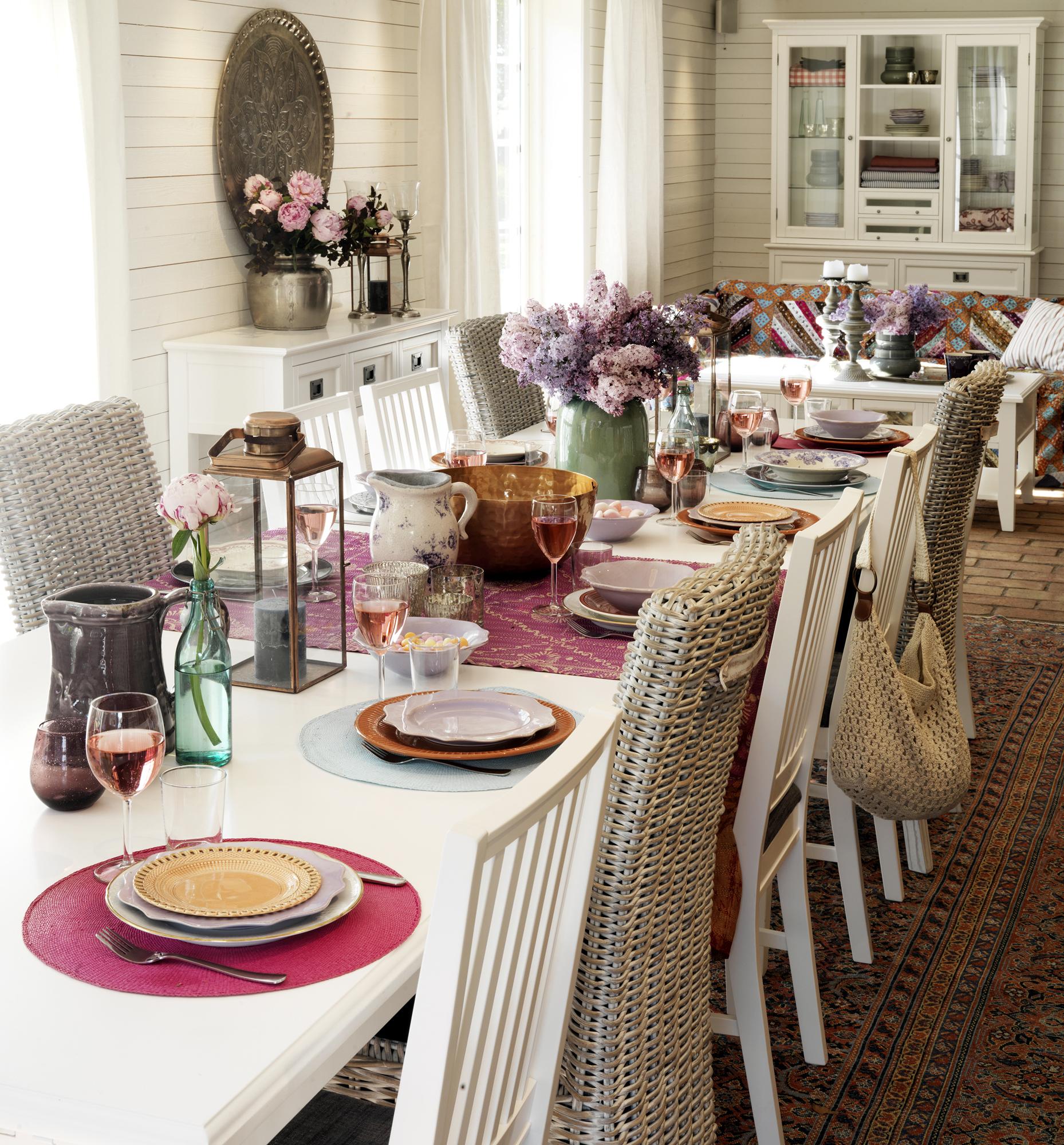 Kotoinen tunnelma ruokailutilassa klassisen kauniilla kalusteilla  Etuovi co