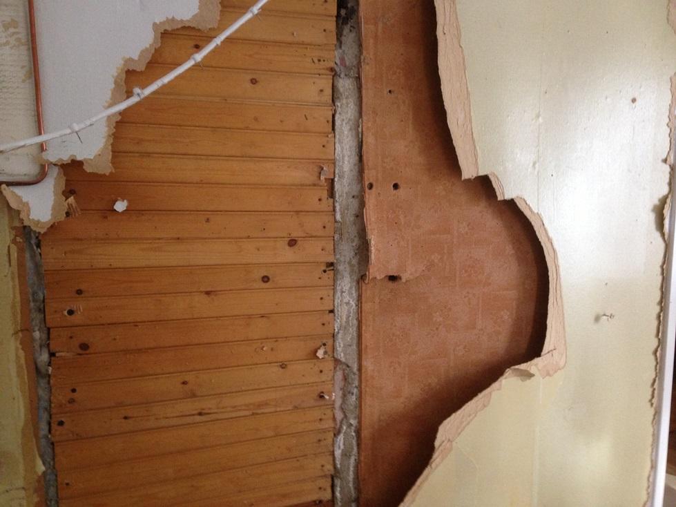 Pinkopahvin takaa löytyi vanha oviaukko keittiöstä kylpyhuoneeseen