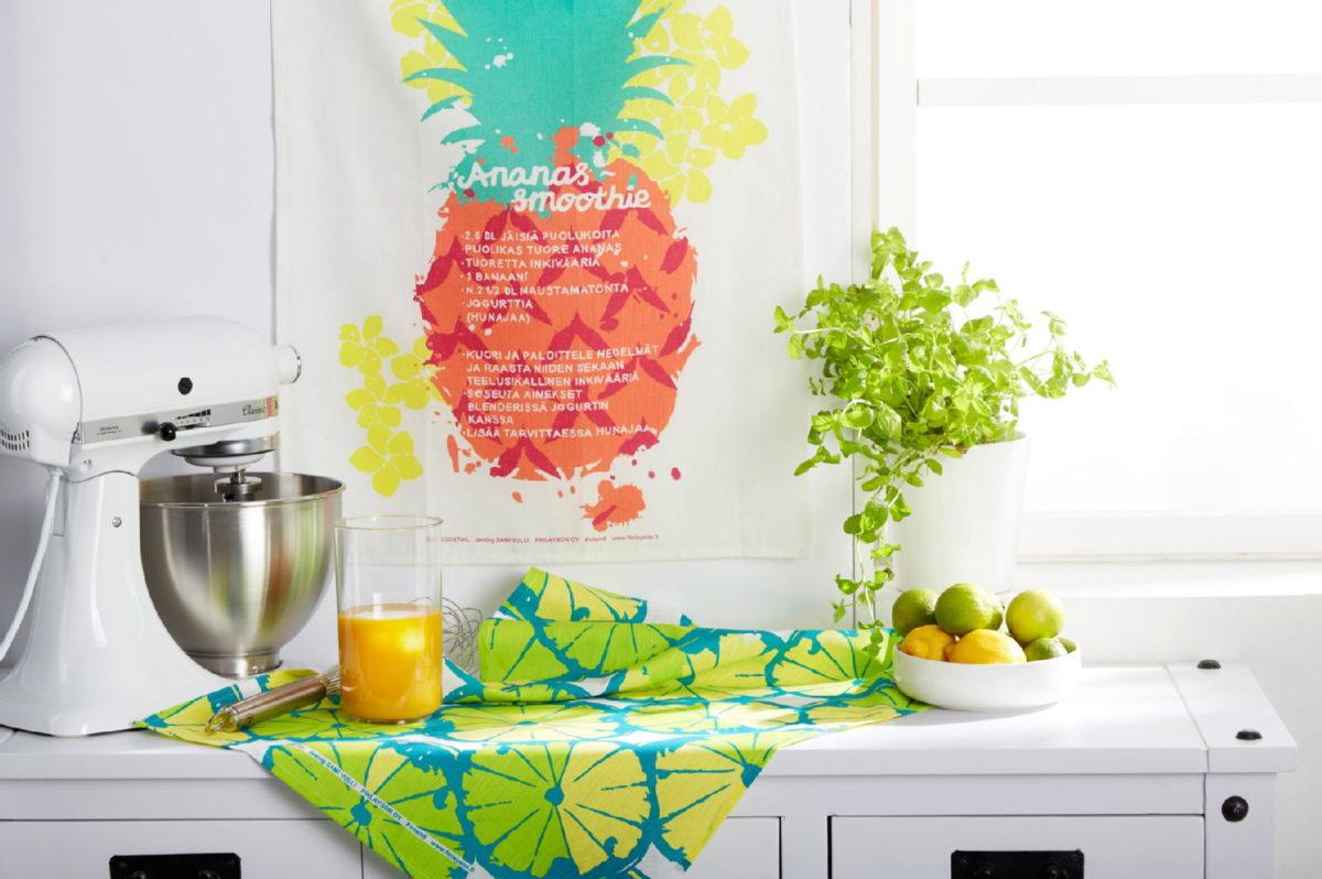 Keittiön sisustus, kesä, HobbyHall: KitchenAid Artisan yleiskone valkoinen, Finlayson Cocktail keittiöpyyhe värikäs, Kultakeramiikka Citrus kulho, Chester senkki