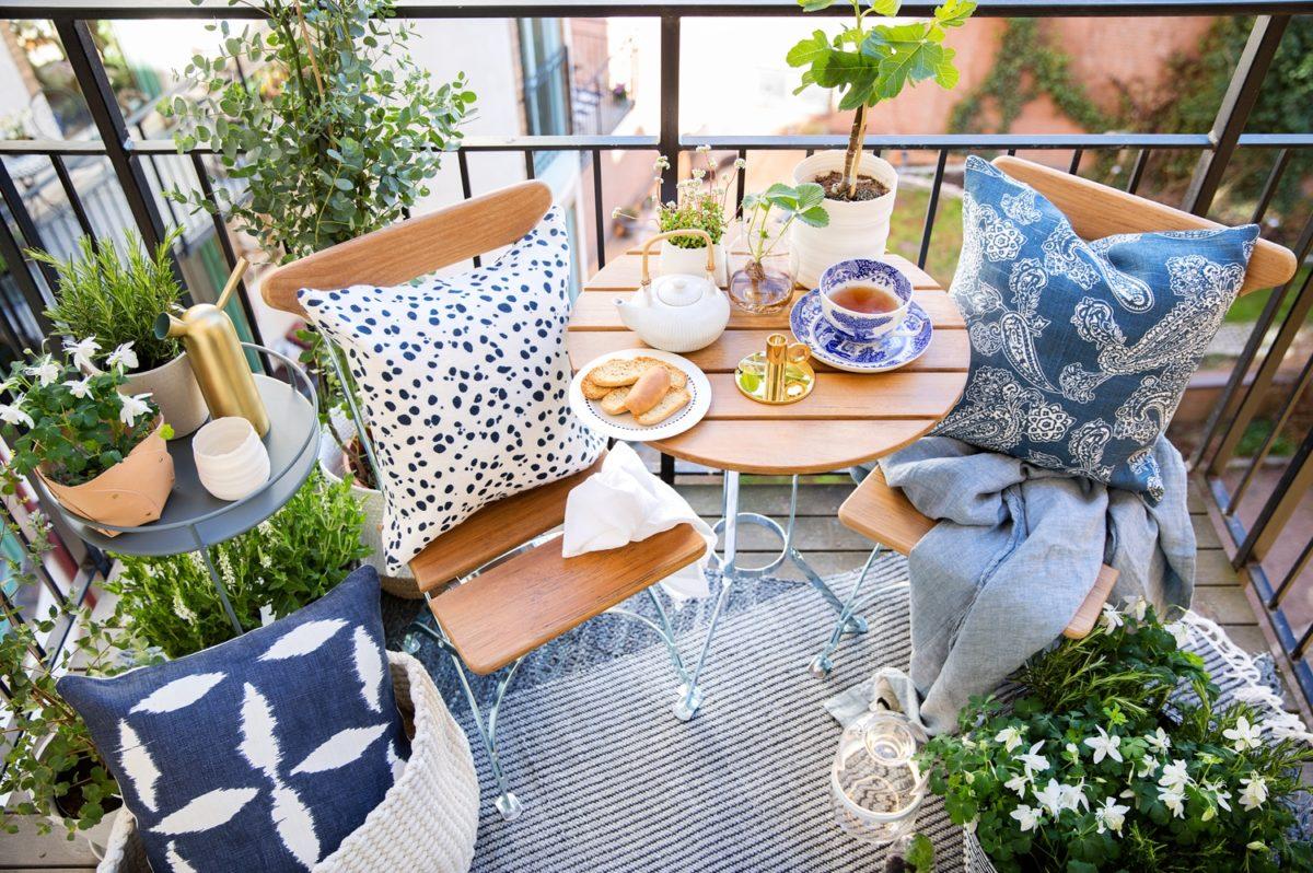 Parvekkeen ja terassin sisustus, kesäkalusteet, Room21: Grythyttan Stålmöbler puutarhakalusteet, Fermob sivupöytä, Chattwall & Jonsson tyynynpäälliset