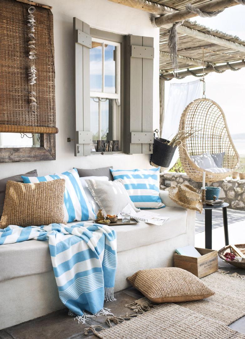 Terassin sisustus, tekstiilit, H&M Home tyynynpäälliset, raidallinen huopa ja juuttimatto