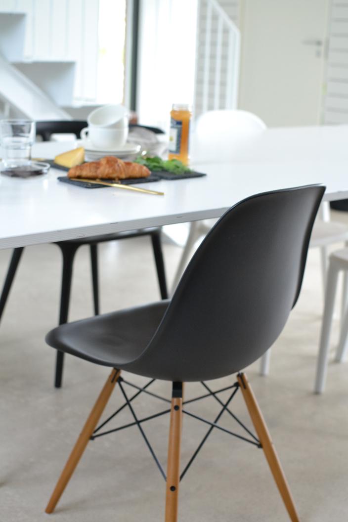 Vitra DSW-tuoli ruokapöydän ääressä loft-kodissa
