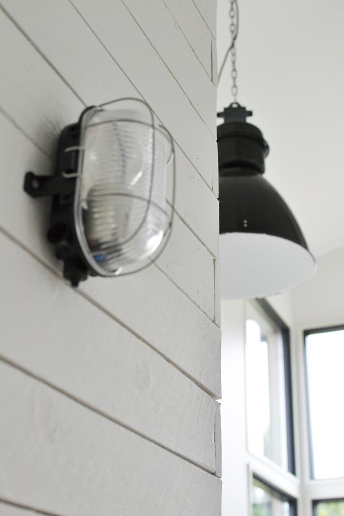 Tehdastyyliset valaisimet loft-kodissa