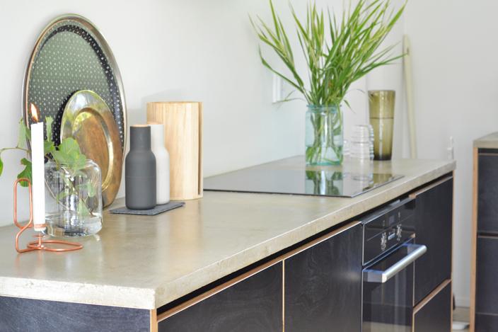 Mustaa vaneria ja betonitaso loft-kodissa