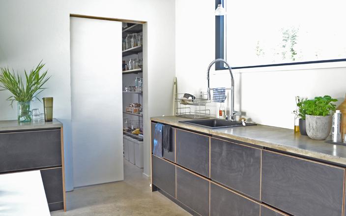 Yläkaapiton keittiö loft-kodissa