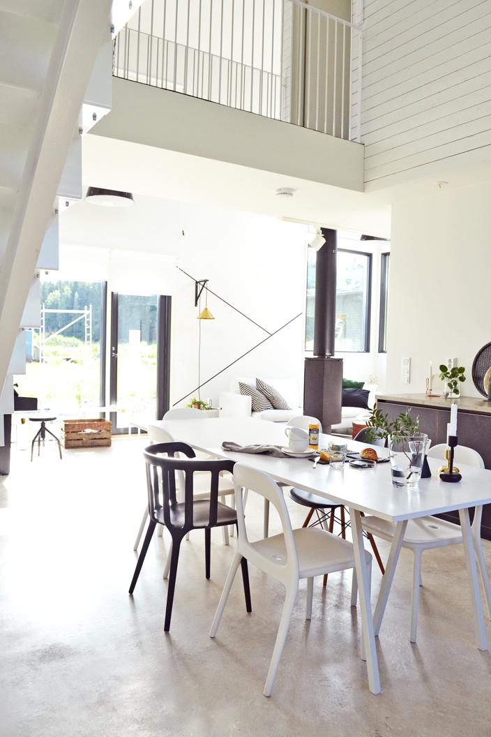Loft-kodin ruokailutila ja ylikulkusilta