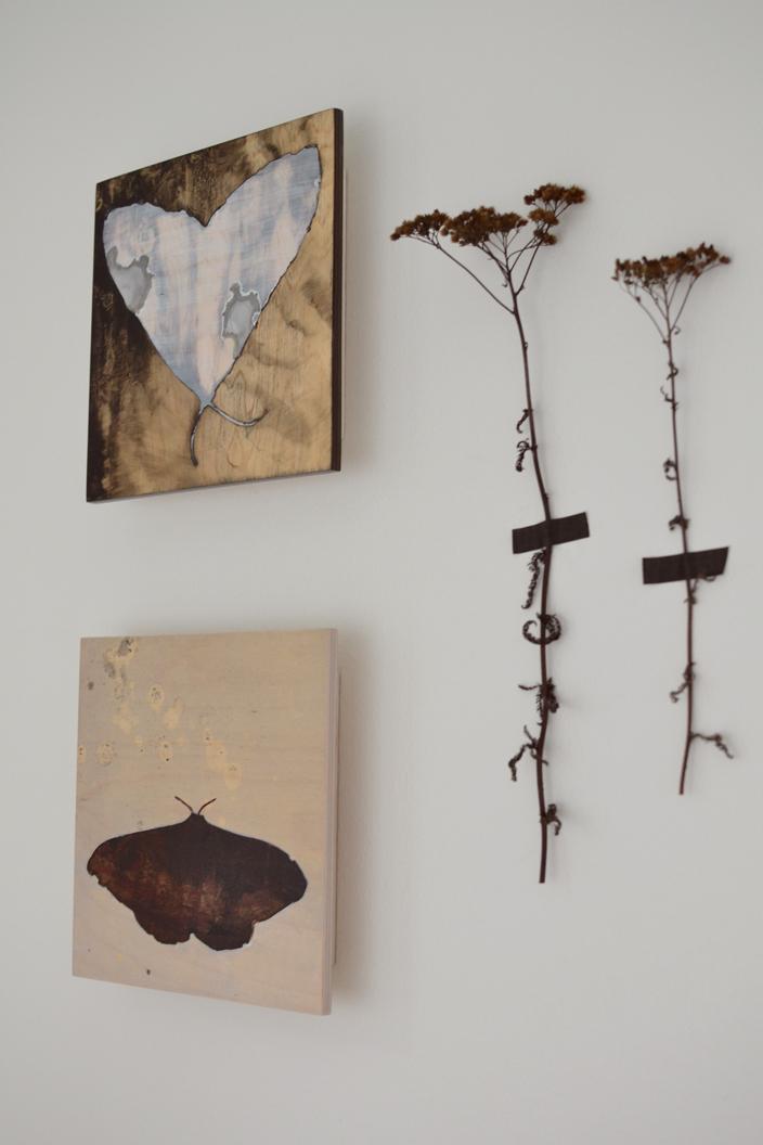 Perhostaulut työhuoneen seinällä