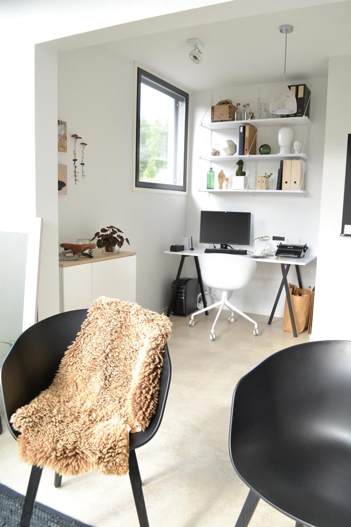 Työhuoneen ja olohuoneen rajana Hayn About A Chair -tuolit
