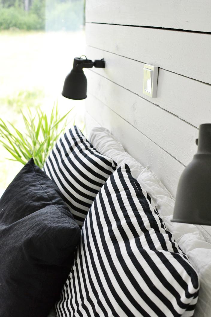 Valokatkaisimet sängynpäädyssä