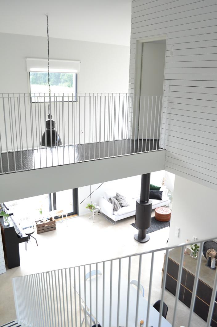 Ylikulkusilta loft-talon yläkerrassa