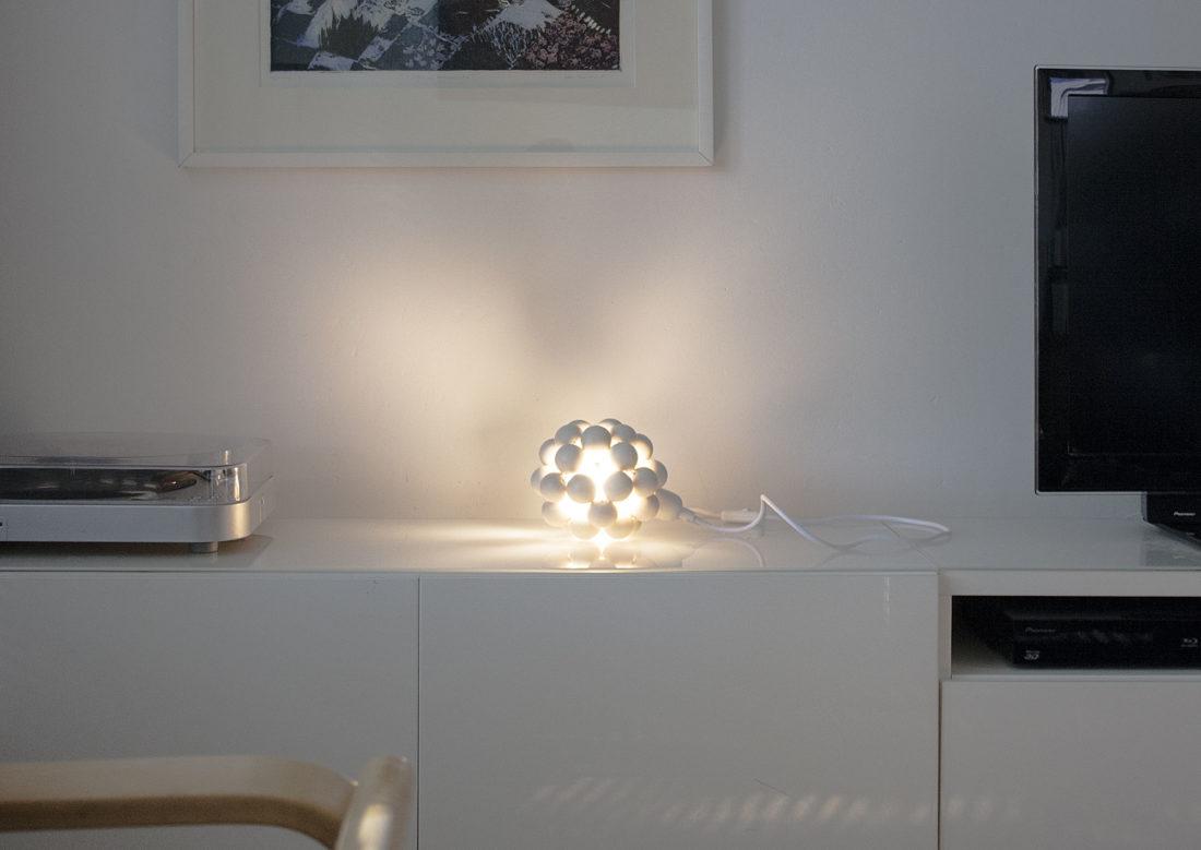 Aarikan Valopallo-valaisin pöydällä