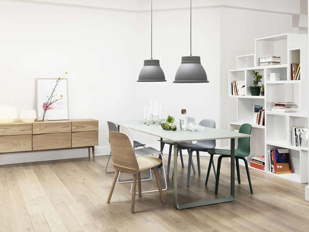 Muuto Studio -valaisimet ruokapöydän päällä