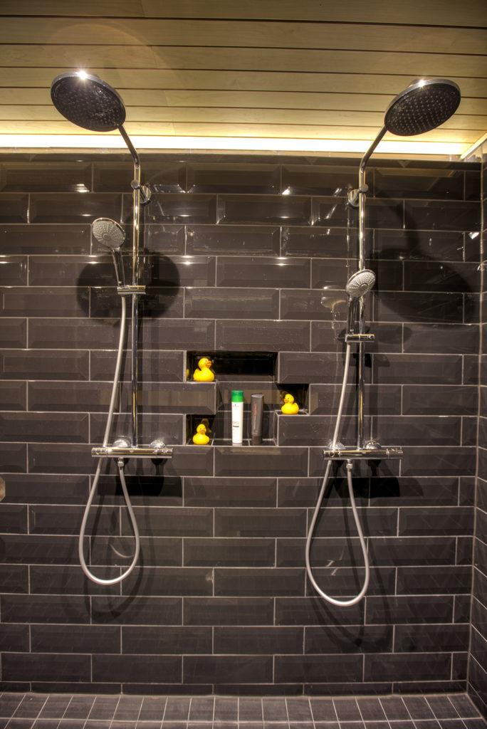 saunan remontti - kylpyhuone kotelointi suihkujen taakse