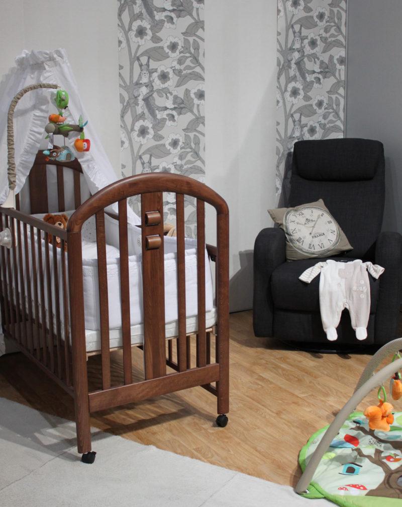 vauvan huone, sänky ja nojatuoli