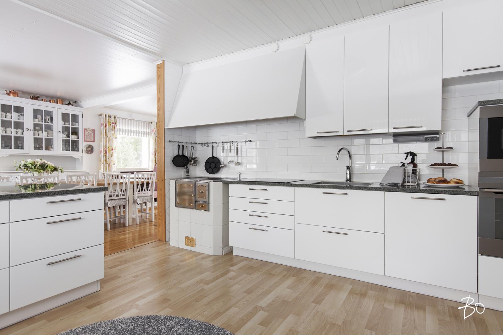 Ihana huuva ja leivinuuni valkoisessa keittiössä  Etuovi com Ideat & vinkit