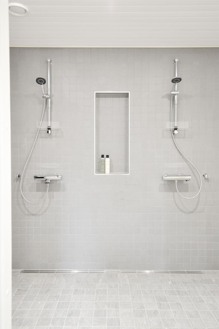 Kylpyhuoneessa harmaa klinkkeri