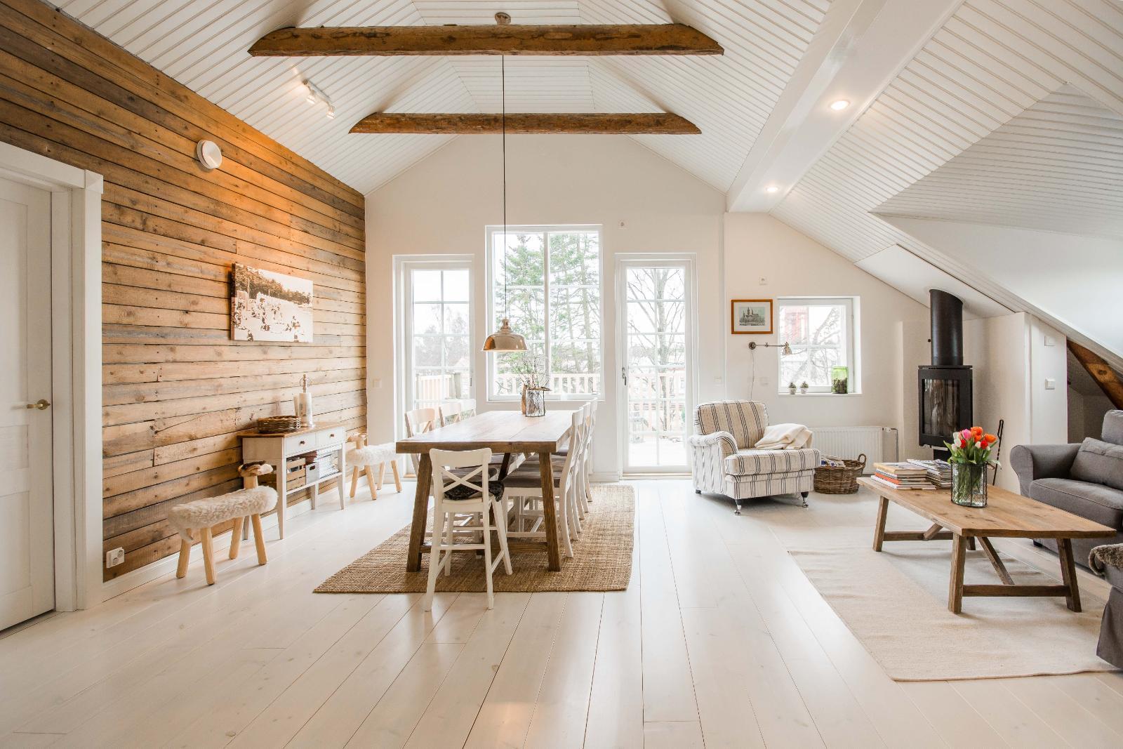 Maalaisromanttinen olohuone kattoparruineen ja hirsiseinineen  Etuovi com Id